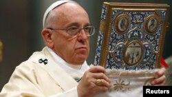 Папа Римский Франциск в Соборе Святого Петра в Ватикане служит литургию, посвященную 100-й годовщине Геноцида армян, 12 апреля 2015 г.
