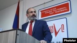 Исполняющий обязанности премьер-министра Армении, лидер блок «Мой шаг» Никол Пашинян во время пресс-конференции в предвыборном штабе, Ереван, 10 декабря 2018 г.