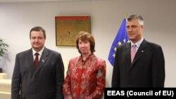 Івица Дачич, Катрін Аштон, Хашим Тачі (л -> п) під час першого кола переговорів у Брюсселі, 21 травня 2013 року