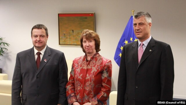 EU foreign policy chief Catherine Ashton (center) with Kosovo Prime Minister Hashim Thaci (right) and his Serbian counterpart Ivica Dacic in Brussels on May 21.