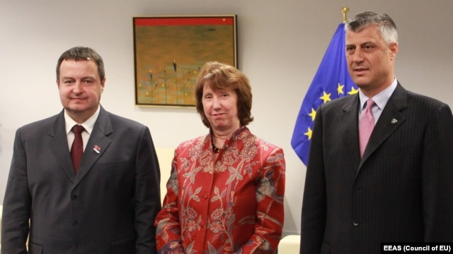 EU foreign-policy chief Catherine Ashton (center) meets with the prime ministers of Kosovo and Serbia, Hashim Thaci (right) and Ivica Dacic, in Brussels last month.