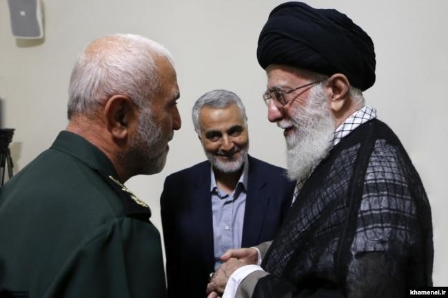 اعطای نشان فتح یک به حسین همدانی