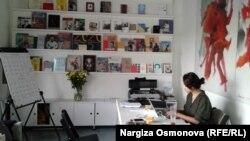 Картины, книги, календарь, цветы – уголок настоящего арт-менеджера.