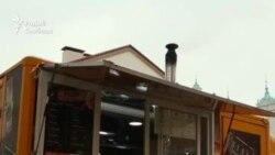 Гарадзенец выпякае піцу ў фургоне ў дрывяной печы