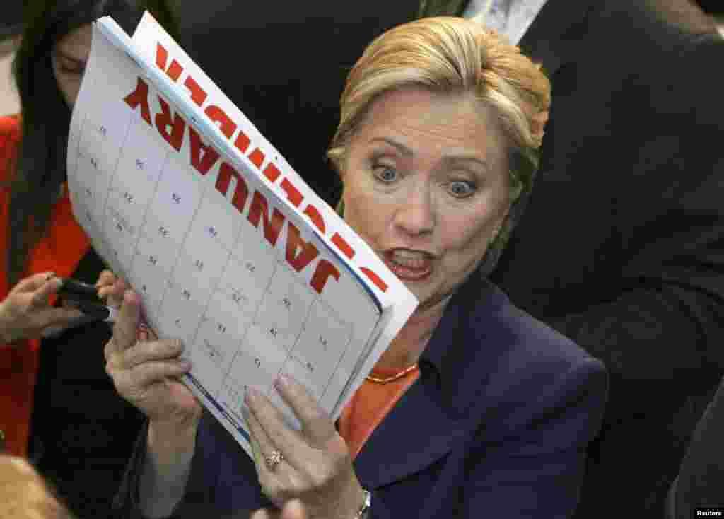 Клинтон расписывается на календаре во время первичных президентских выборов в 2009 году