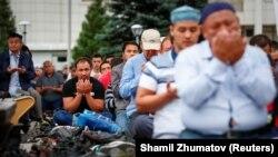 Пятничная молитва в честь Курбан-айта в Центральной мечети города Алматы. 21 августа 2018 года.
