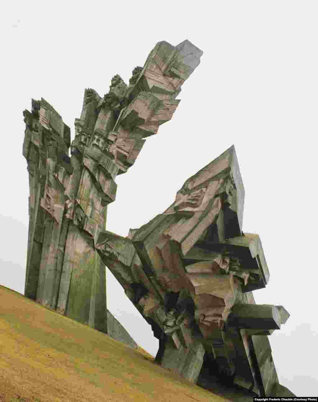 Побудований у XIX столітті IX форт Ковенської фортеці в Каунасі (Литва) НКВД використовувало в якості центру тимчасового утримання для політв'язнів, яких пізніше відправляли до трудових таборів ГУЛАГу. Під час окупації Литви Німеччиною під час Другої світової форт використовували для масових розстрілів. На місці трагедій 1983 року звели 32-метрову скульптуру Альфонсаса Амбразіунаса