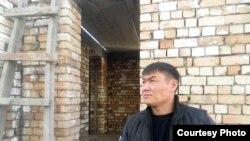 Тимур Калдосов, житель города Оша, выстроил свой соженный во время июньских событий дом, заново. Ош, декабрь 2010 года.