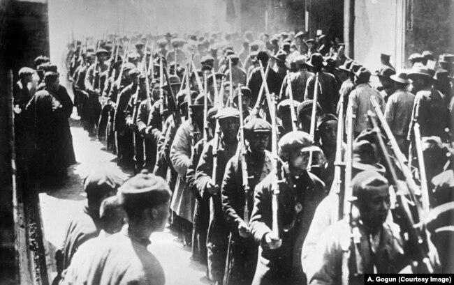 Но Советскому Союзу был закон не писан, и во второй половине 1920-х поставки смертоносного металла и посылка военных советников шли как Гоминьдану (Чан Кайши), так и коммунистам. На фото: отряд рабочей гвардии в Шанхае, 1927 г. Снимок из центрального кинофотофоноархива Украины им. Пшеничного, копия А. Гогуна