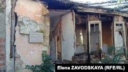 Фасадная часть дома нынче полностью разрушена, но во внутреннем дворе сохранилась часть дома, в которой жил Василий Лакоба
