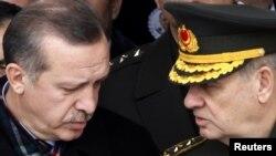 Թուրքիայի վարչապետ Ռեջեփ Էրդողանը եւ գեներալ Իլքեր Բաշբուղը: Անկարա , 28-ը փետրվարի, 2010 թ.