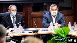 A járványügyi védekezés legfőbb felelősei: Orbán Viktor és Pintér Sándor belügyminiszter az Operatív Törzs ülésén