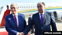 Казакстандын президенти Касым-Жомарт Токаев жана Тажикстандын президенти Эмомали Рахмон. 19-май, 2021-жыл