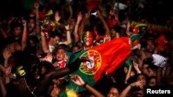 Вболівальники Португалії святкують перемогу своєї команди у фіналі «Євро-2016». Лісабон, 10 липня 2016 року