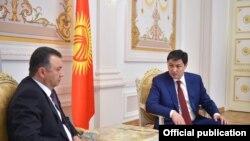 Кыргызстандын премьер-министри Улукбек Марипов менен Тажикстан премьер-министри Кохир Расулзода.