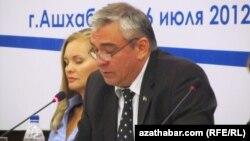 Türkmenistanyň Daşary işler ministrliginiň Halkara maglumatlar departamentiniň geňeşçisi Serdar Durdyýew media forumynda, Aşgabat, 6-njy iýul.