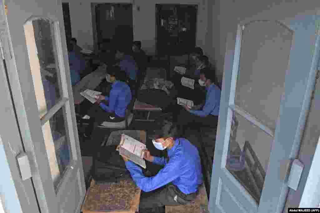 Ученики на занятии в школе в Пешаваре (Пакистан), 15 сентября