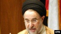 آقای خاتمی اعلام کرد که صحنه دست دادن وی با زنان ایتالیایی «غیر واقعی است.»