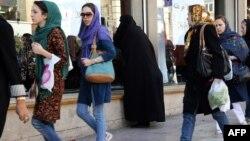 Джинс киіп жүрген ирандық әйелдер. Тегеран, 7 қазан 2013 жыл.