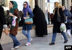 Иран әйелдері. Тегеран, 7 қараша 2013 жыл. (Көрнекі сурет)