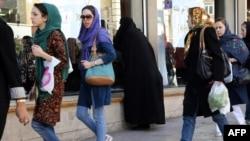 Иран әйелдері. Тегеран, 2013 жылдың қарашасы. (Көрнекі сурет)