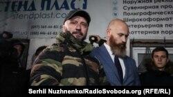 На фото у куртці – сержант Сил спеціальних операцій і музикант Андрій Антоненко. Він один із підозрюваних у справі вбивства журналіста Павла Шеремета