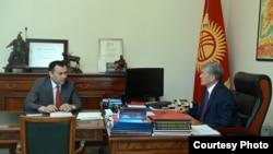 Темир Жумакадыров президент Алмазбек Атамбаев менен жолугушууда. Сүрөт ушул жылдын июнь айында тартылган.
