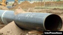 Об участках нефтепровода Баку - Супса, проходящих по территории Южной Осетии, больше слухов и домыслов, чем достоверных фактов. Отсутствие официальной информации усиливает подозрения, что некоторые высокопоставленные чиновники присматривают за трубой за определенное вознаграждение