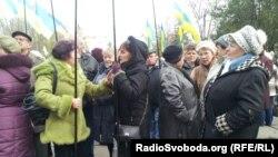 Люди, що підтримують владу, біля суду у справі Тимошенко, Харків, 13 листопада 2012 року