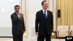 محمود احمدی نژاد (چپ) رییس جمهوری ایران و ون جیابائو، نخست وزیر چین.