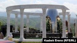 Мемориал Ержана Татишева на кладбище «Кенсай-2». Алматы, май 2015 года.