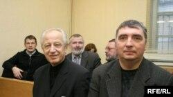 Рэдактар Аляксей Кароль і журналіст Аляксандар Тамковіч у залі суду