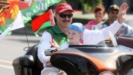 Александр Лукашенко мотоцикл мініп келеді. Минск, 18 шілде 2009 жыл. (Көрнекі сурет)