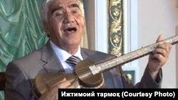 Ўзбекистон Халқ артисти Бобомурод Ҳамдамов тор чалиб, қўшиқ куйламоқда