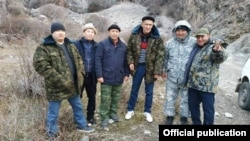 (Оңдон солго): катарда биринчи турган шектүү Мелис Калыков, катарда үчүнчү турган маркум прокурор Анарбай Мамажакыпов. Сүрөт Интернеттен алынган.