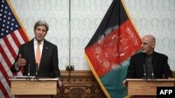 АҚШ мемлекеттік хатшысы Джон Керри (сол жақта) мен Ауғанстан президенті Ашраф Ғани баспасөз мәслихатында тұр. Кабул, 9 сәуір 2016 жыл.