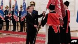 Русиянең элекке президенты Дмитрий Медведев Мәскәү кирмәнендә казак оешмасы вәкилләренә байрак тапшыра. 7 декабрь 2011 ел.