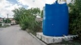 Резервуар в районе улицы Леси Украинки (Железнодорожный район Симферополя). Всего на улицах и во дворах города в начале сентября было установлено 133 таких емкости