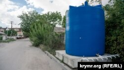 Пластикові бочки з водою у Сімферополі. 8 вересня 2020 року