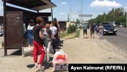 Базар маңындағы аялдамада автобус күтіп тұрған адамдар. Алматы, 3 маусым 2020 жыл.