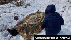 Надежда Волкова над телом матери Екатерины, погибшей во время обстрела в Авдеевке, 1 февраля 2017 года