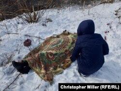 Авдеевка, 1 февраля. 24-летняя Надежда Волкова около тела своей матери Екатерины, погибшей при обстреле