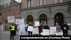 Члени білоруської діаспори на пікеті в Стокгольмі вимагають від шведського МЗС перестати називати їхніх співвітчизників «білорусами»