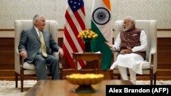 Rex Tillerson (L) i indijski premijer Narendra Modi u Nju Delhiju, 25. okobra 2017.