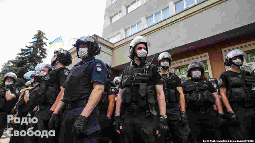 Поліція у відповідь розпилила вміст балончика із газом