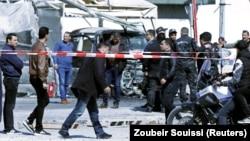 Ljudi okupljeni na mjestu napada na Američku ambasadu u Tunisu, 6. mart, 2020.