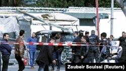 Mulțime adunată la locul atacului sinucigaș, în apropierea ambasadei SUA din Tunis, 6 martie 2020
