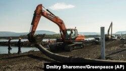 Ексаватор компанії «Норнікель» працює на річці біля Норильська після виливу нафтопродуктів, Росія, 28 червня 2020 року