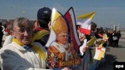 Подготовка к встрече папы в варшавском аэропорту