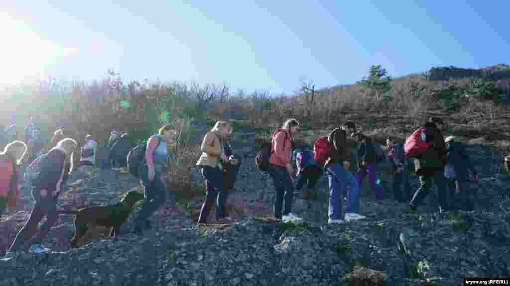 Путешественники поднимаются на гору